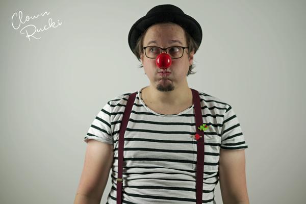 Clown Klinikclown Rucki überlegt