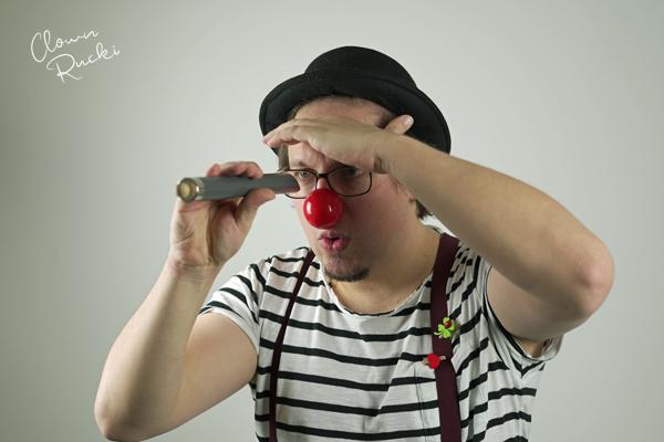 Clown Klinikclown Rucki Flöte Fernrohr