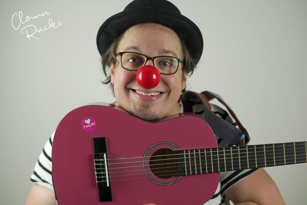 Clown Klinikclown Rucki Musik Gitarre